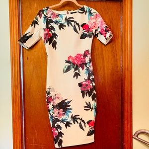 🌺White Floral Figure Enhancing Dress 🌺 Size 8